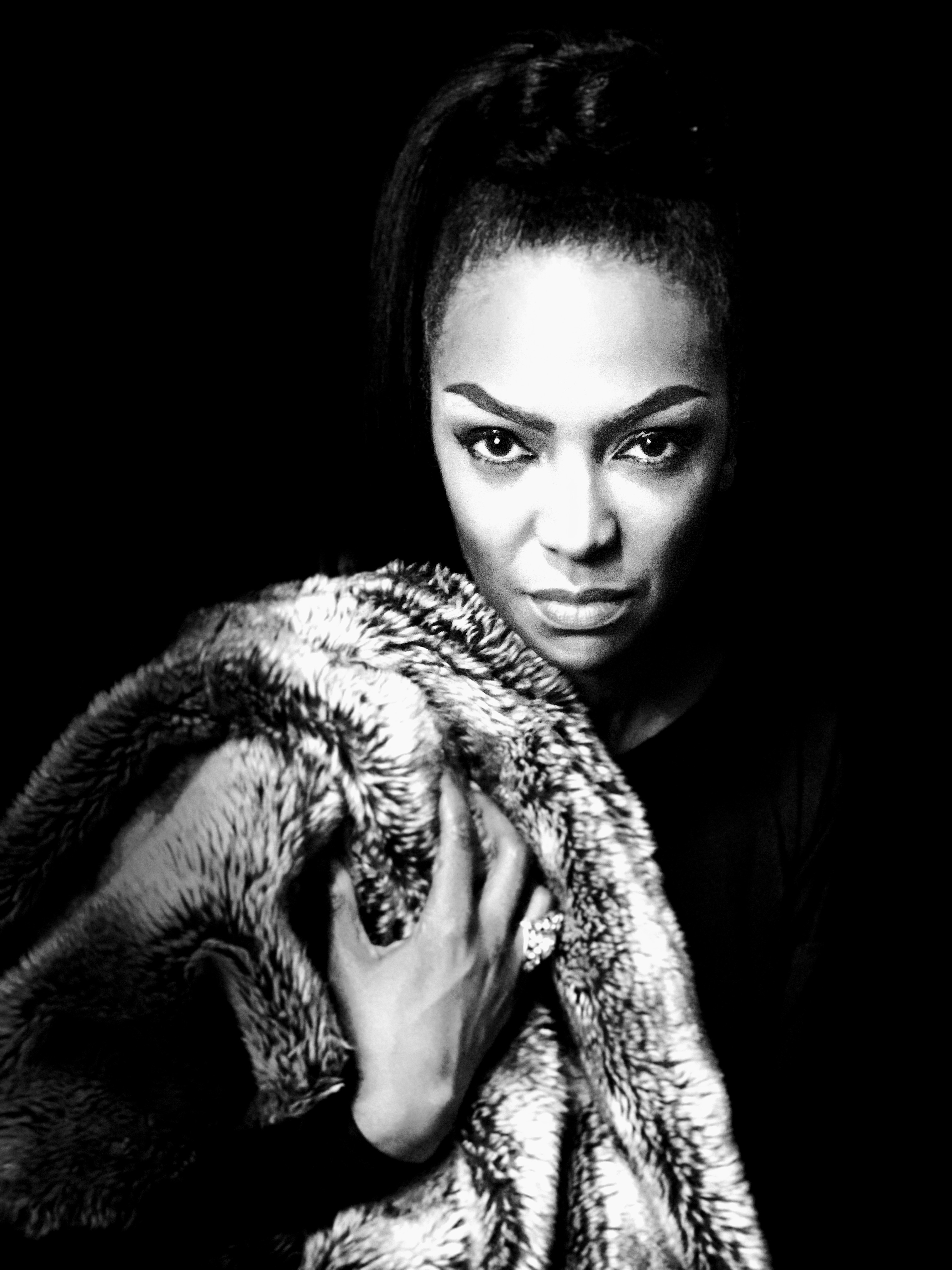 DOWN TO EARTHA – The Life Of A Star, On And Off Stage