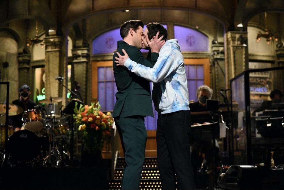 """SNL"" – Why John Krasinki Kissing Pete Davidson Wasn't ""Funny"""